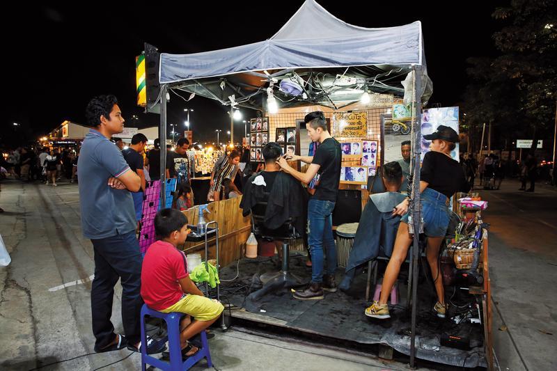 現場剪髮的barber shop攤子,提供男士理髮,大人小孩都排隊等著梳理一番。