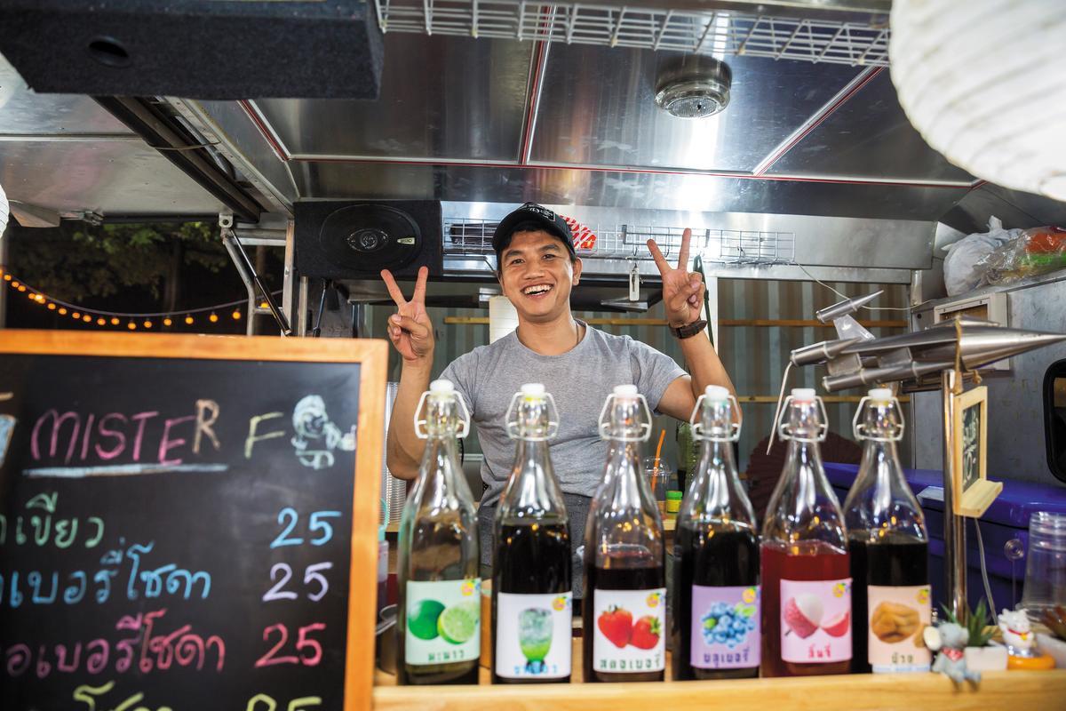 年輕人擺攤的飲料小店也很多。
