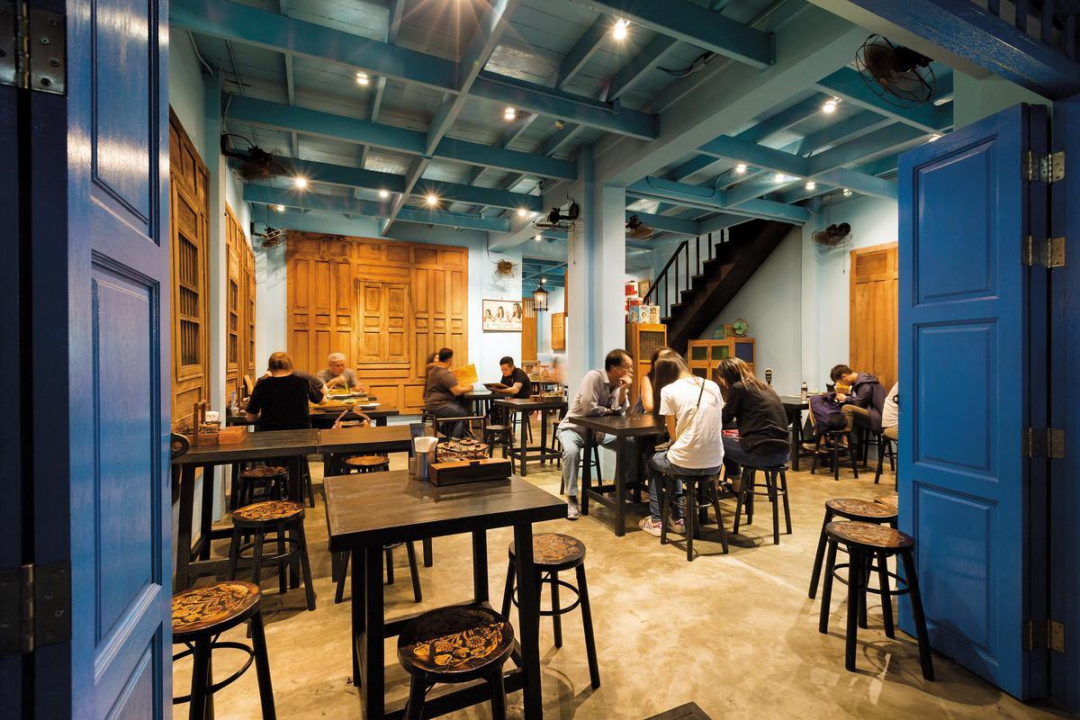 「Baan PhadThai」開在藍色90年老屋中,洋溢濃濃優雅風情。