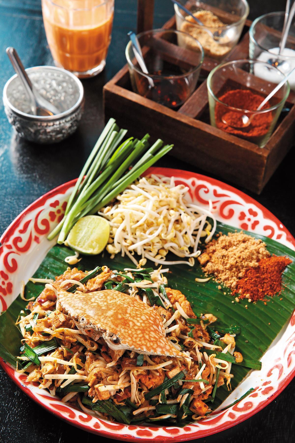 「Phad Thai Phoo」炒進螃蟹肉,衝擊的視覺感,吸引很多人特地來訪。(泰銖280元/份,約NT$250)