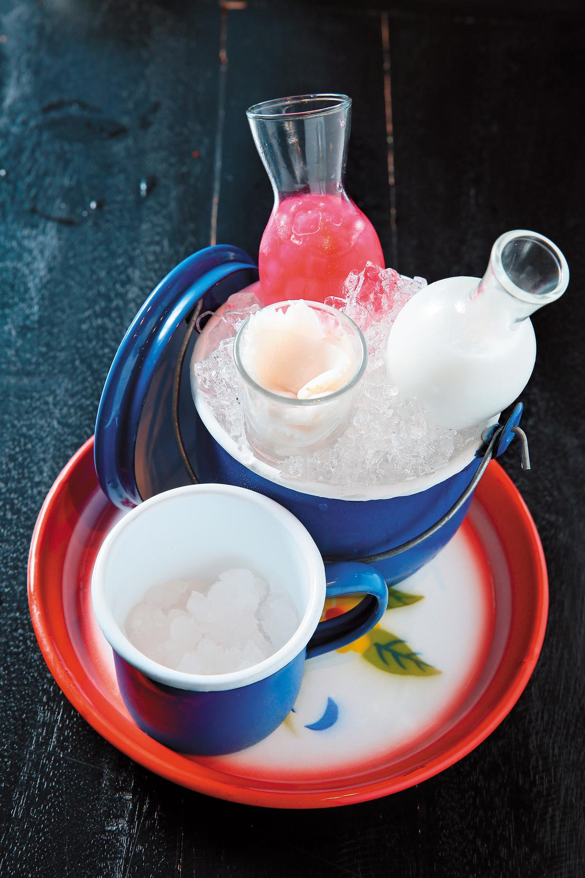 傳統椰漿甜點「Tub Tim Grob」,顏色紅豔的荸薺配上椰肉和碎冰,淋上椰奶品嘗。(泰銖130元/份,約NT$116)