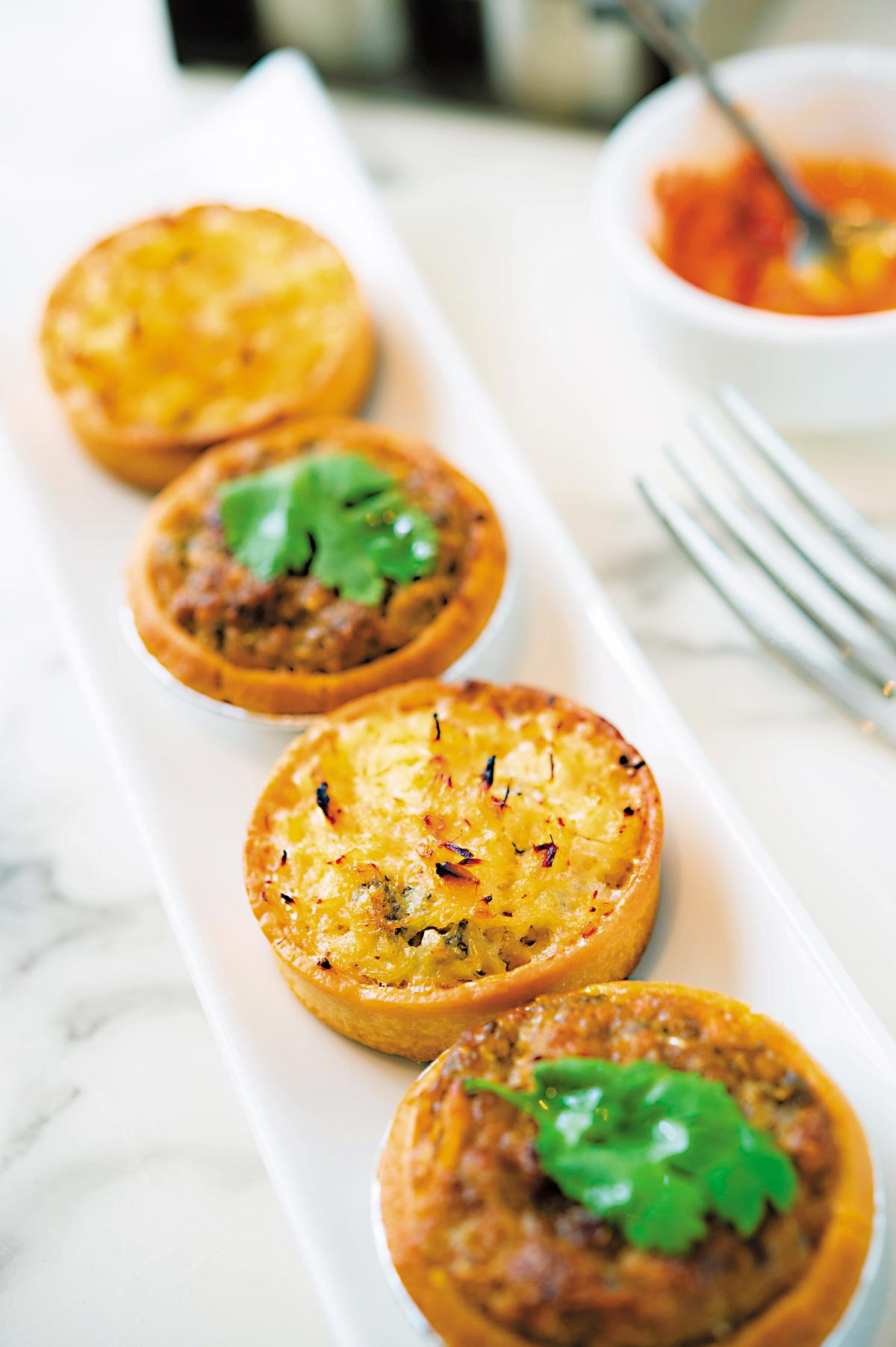 「馬介休撻」和「沙甸魚撻」是自創一格的葡式鹹點。(前,澳門幣20元/個,約NT$75;後,澳門幣18元/個,約NT$68)