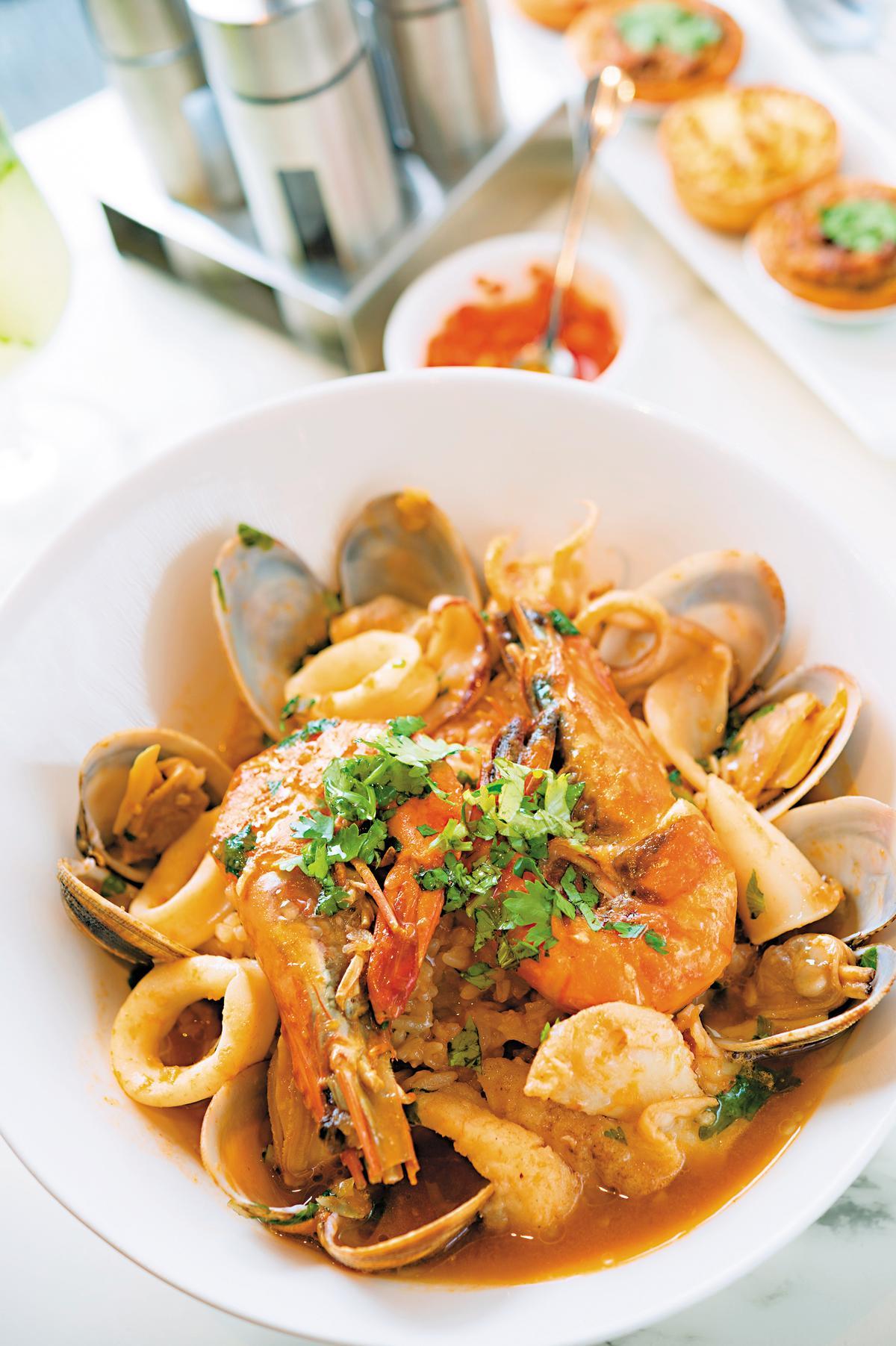 「葡式海鮮飯」新鮮料足,傳承主廚血液裡的飲食文化。(澳門幣128元/份,約NT$481)