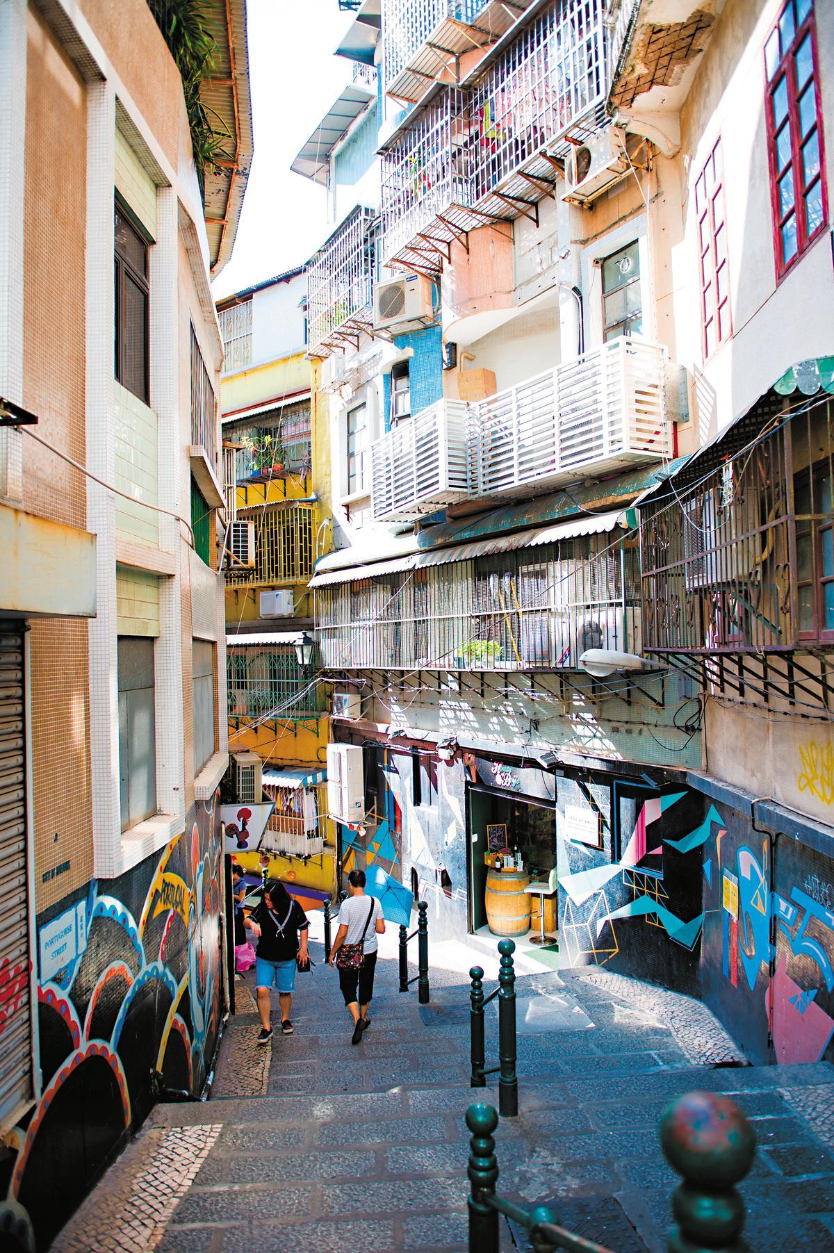 關前街巷弄可見塗鴉創作。
