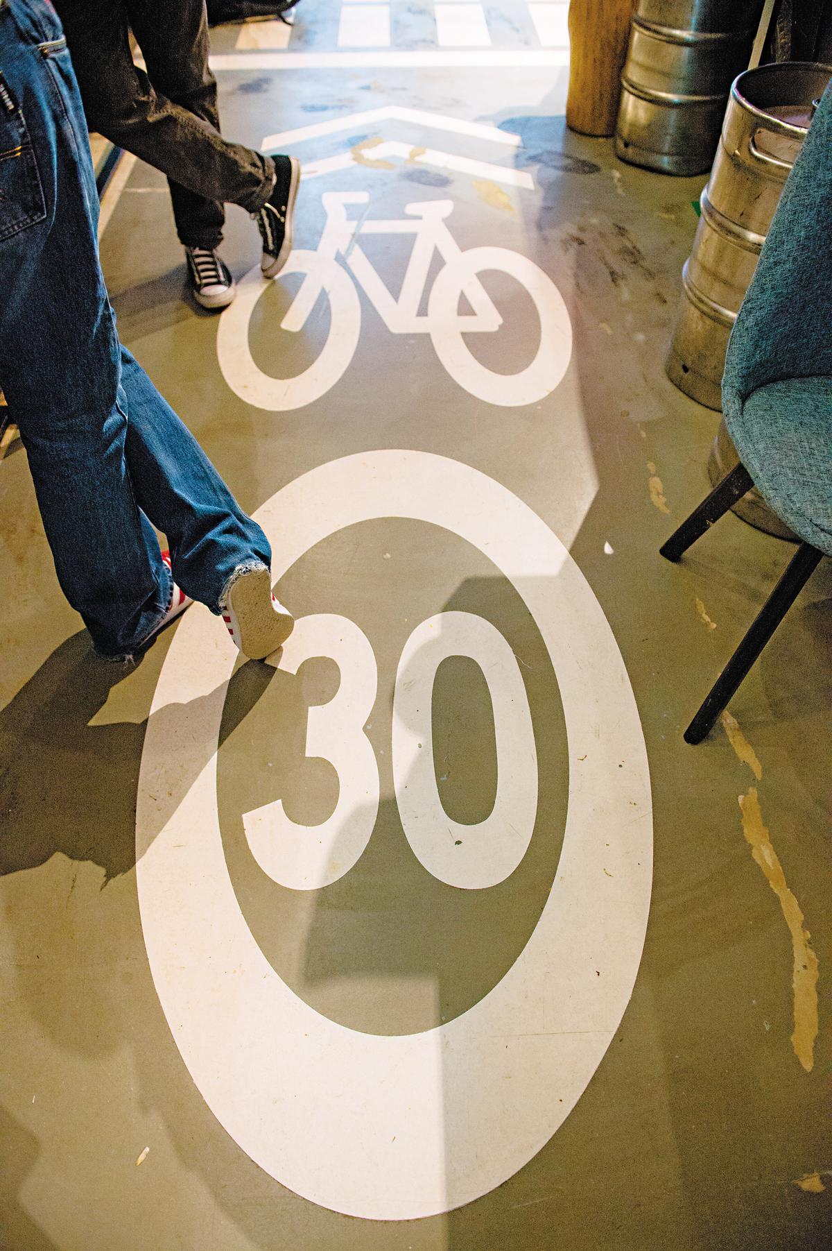 地板的限速標誌,提醒客人放慢腳步。