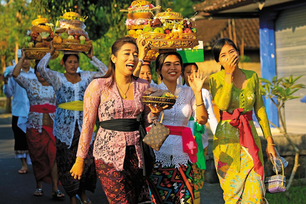 前往餐廳時,適逢當地慶典,市區道路上可見穿著傳統服飾的當地女孩,向鏡頭微笑。
