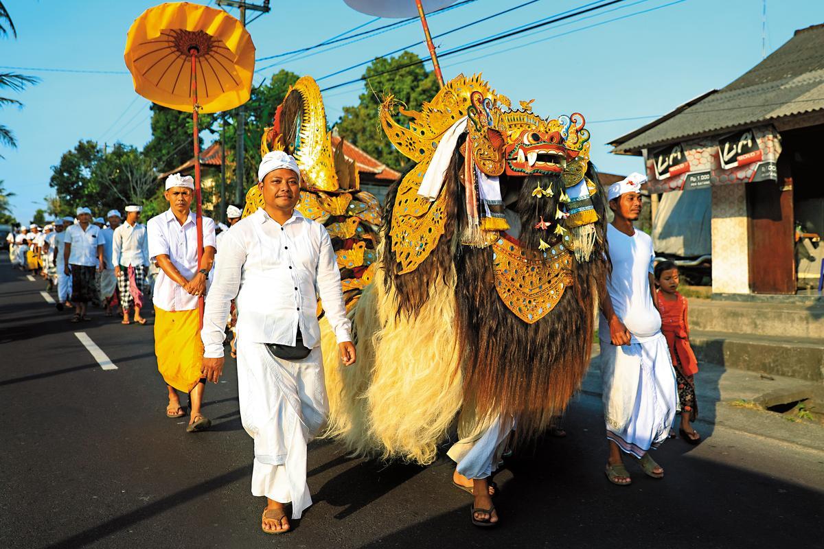 傳統的聖獸也走在路上,吸引許多旅客目光。