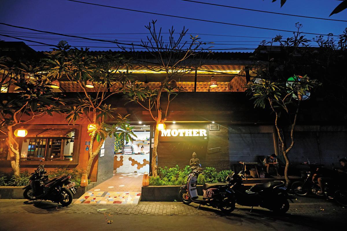 白天是咖啡館,晚上就變成特色餐廳,招牌在夜間格外醒目。