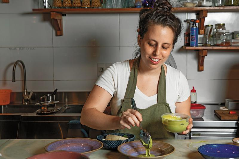 來自委內瑞拉的主廚Estefania Simon做菜時堆滿笑容,姿態就像在跳舞。