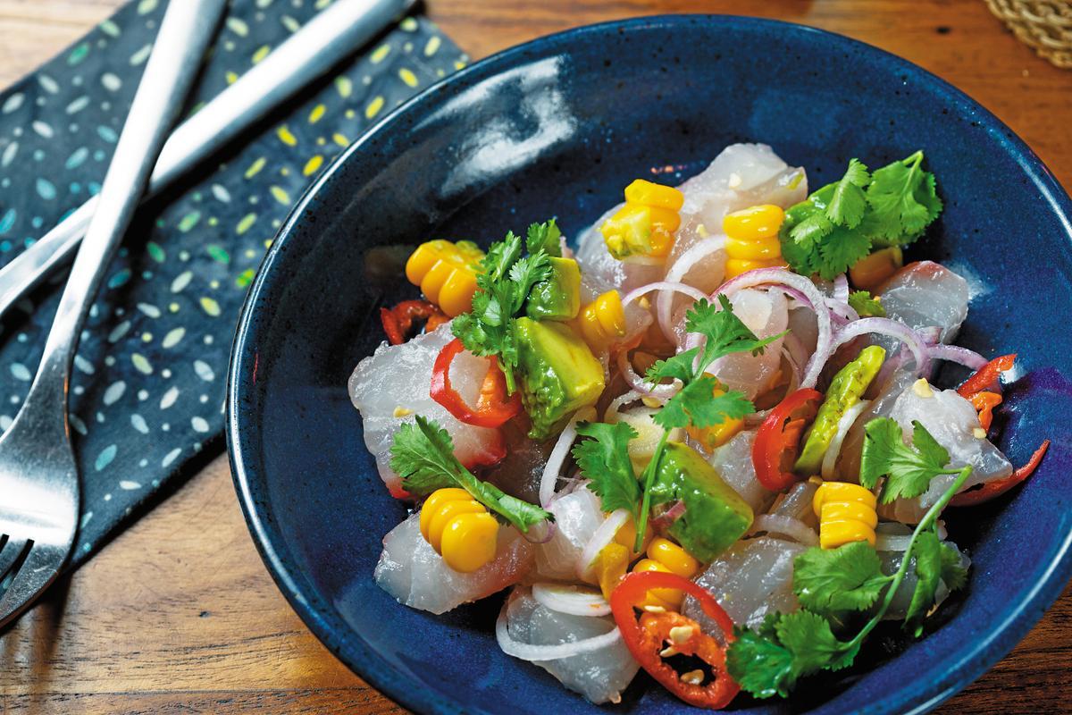 祕魯傳統料理「檸汁醃生魚」,新鮮生魚全是當日捕獲。(印尼盾90,000元/份,約NT$203)