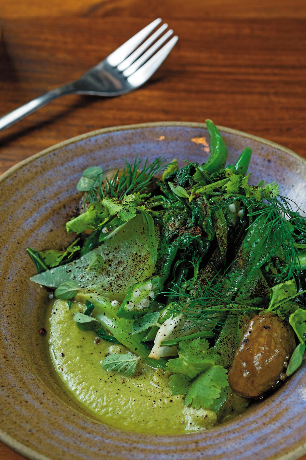 這道菜使用在地產的多種蔬菜,搭配綠番茄醬料,非常清爽。(印尼盾34,000元/份,約NT$77)