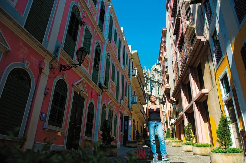 戀愛巷(Travessa da Paixão)通向天主堂,左側的粉紅建築就是「戀愛七號旅館」。