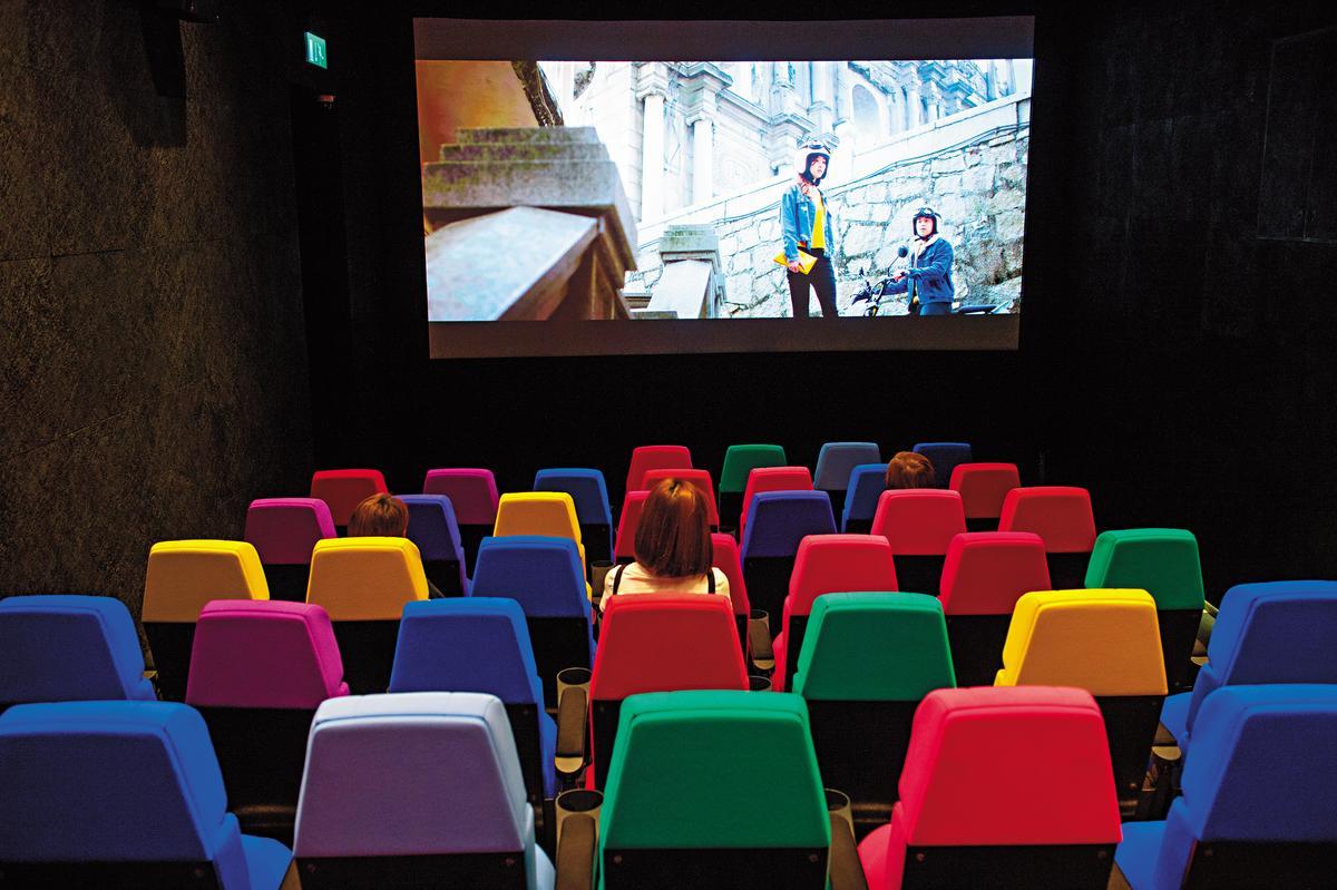 放映室只有60席,繽紛座椅吸聚目光。