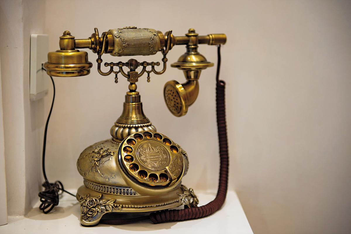 復古話筒站在旅館角落。