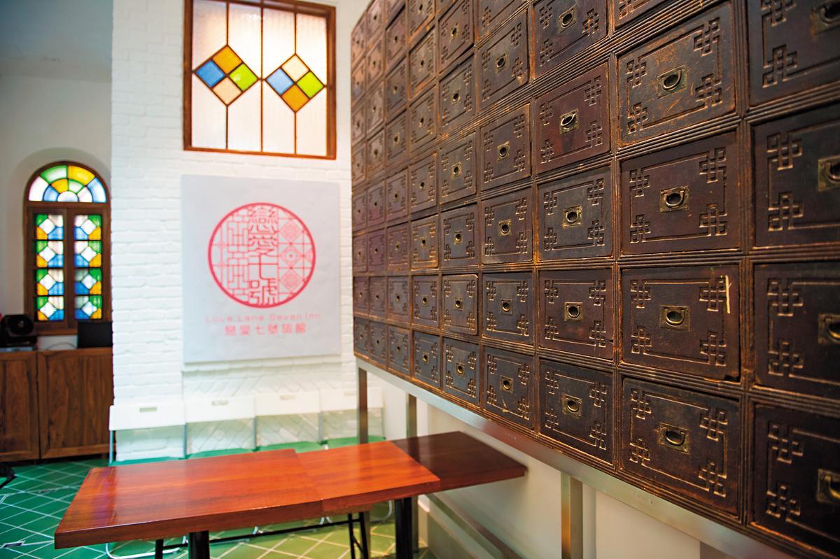 旅館大廳掛著百年老中藥櫃,拉開抽屜,滲出淡淡幽香。