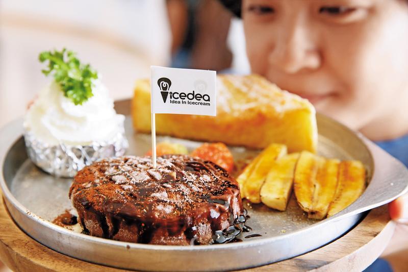 「3分熟牛排」看起來真像剛烤好的牛排,嘗起來是巧克力味濃厚的冰品。(泰銖175元/份,約NT$156)
