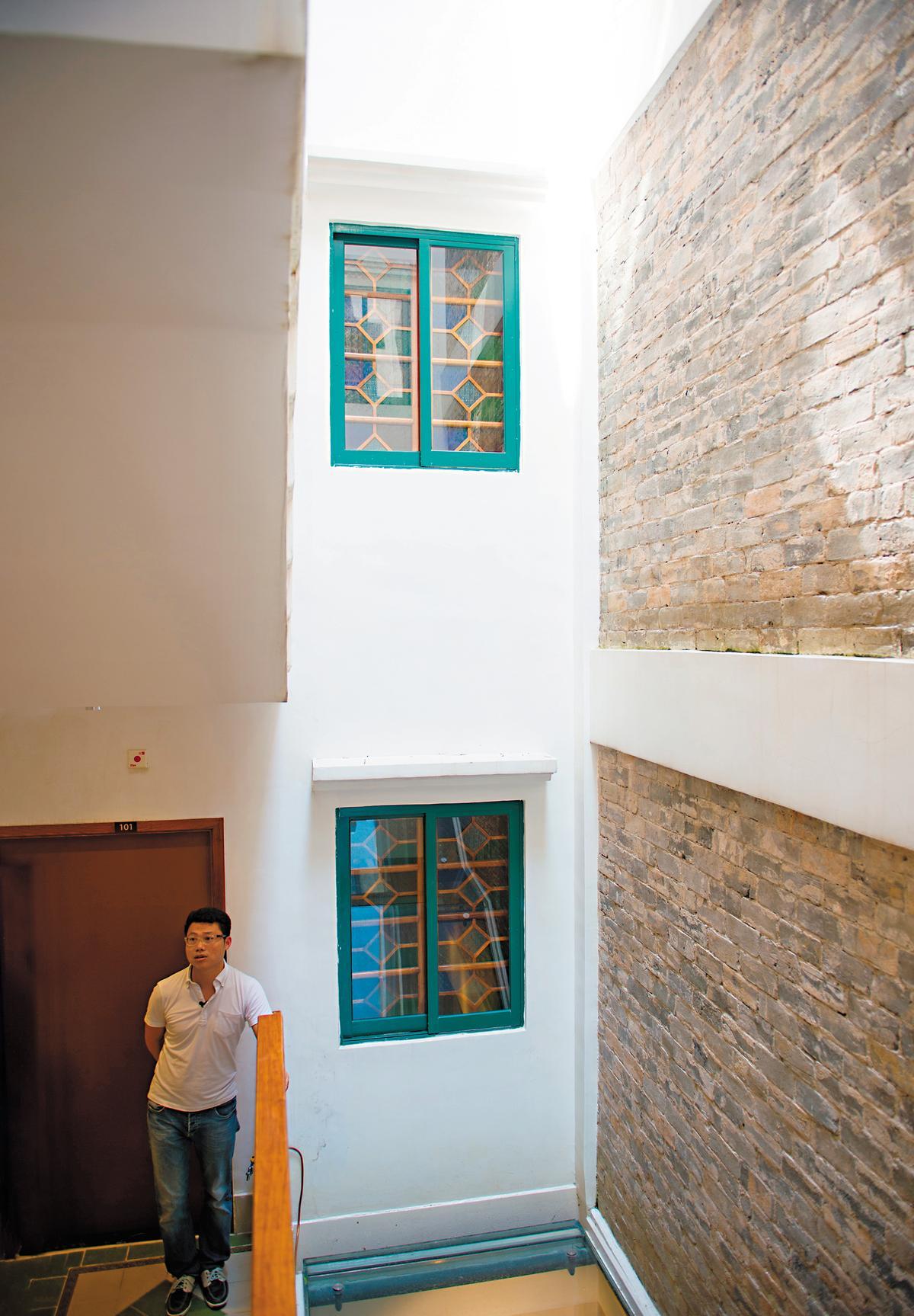 天井穿透旅館樓層,Lawrence說,室內外不再有分際。
