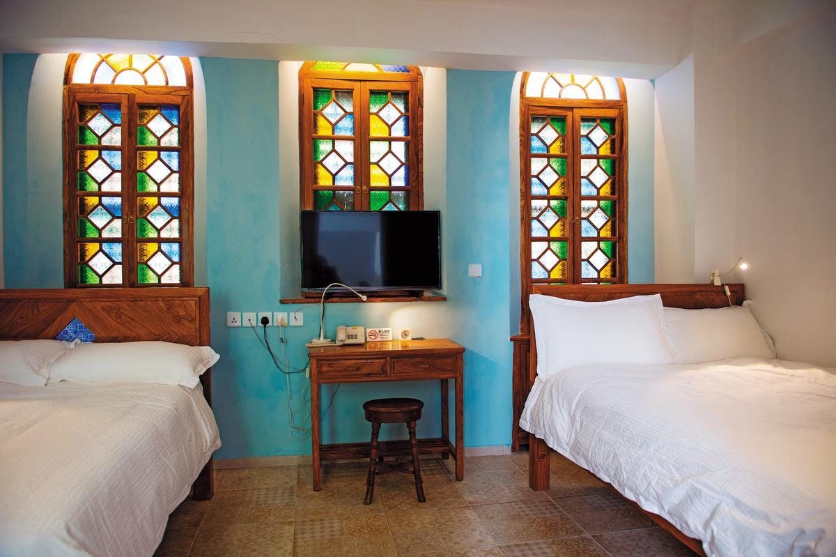 客房的彩繪花窗很搶眼,迷幻光影叫人看得出神。