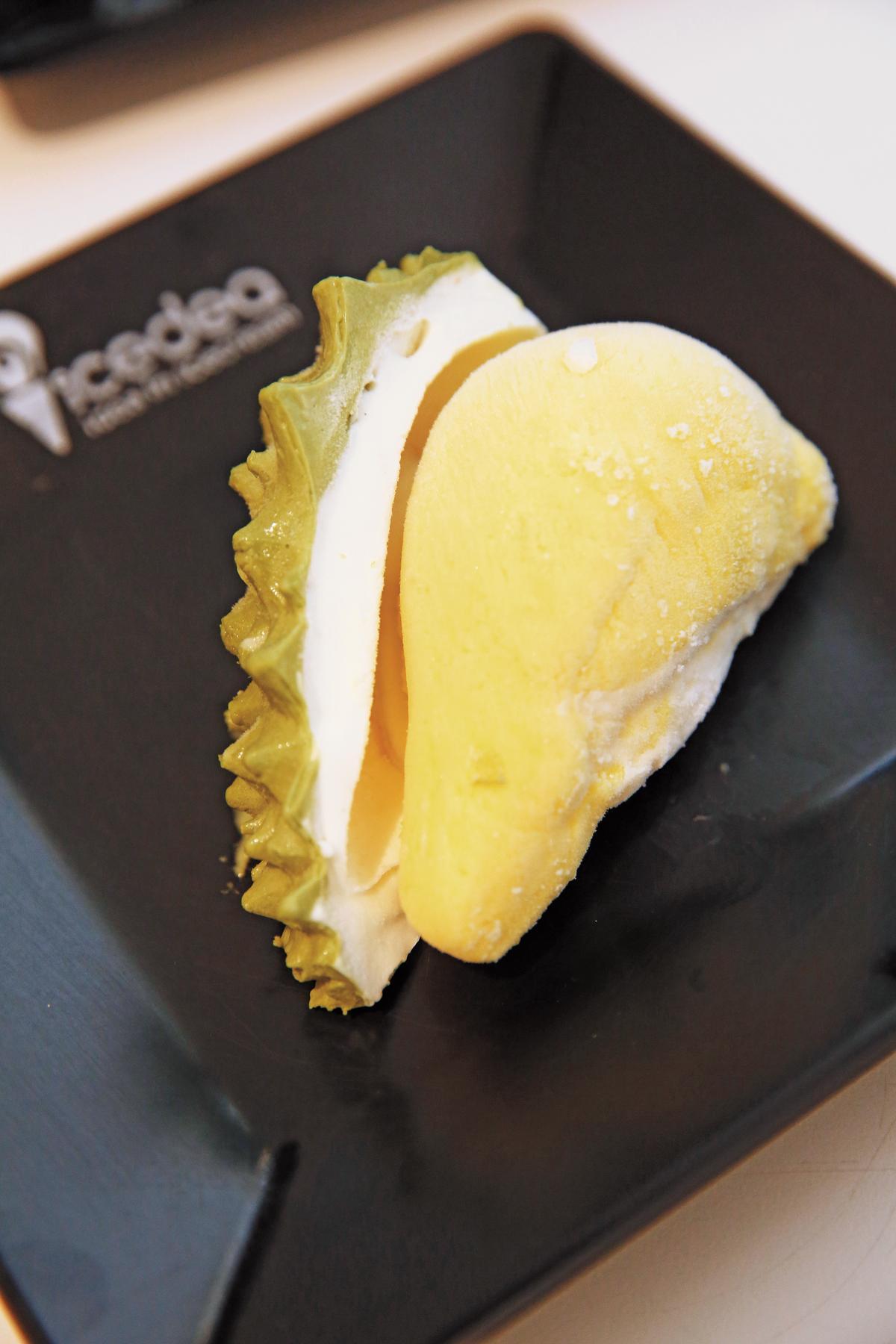 「榴槤冰淇淋」的表皮是抹茶口味,果肉則是榴槤味。(泰銖239元/份,約NT$213)