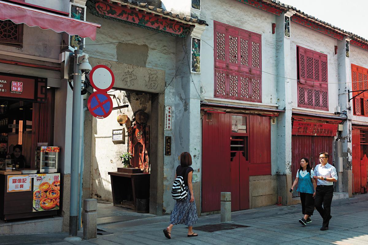 福榮里牌坊就在福隆新街上,穿過拱門,有如走入時光隧道。