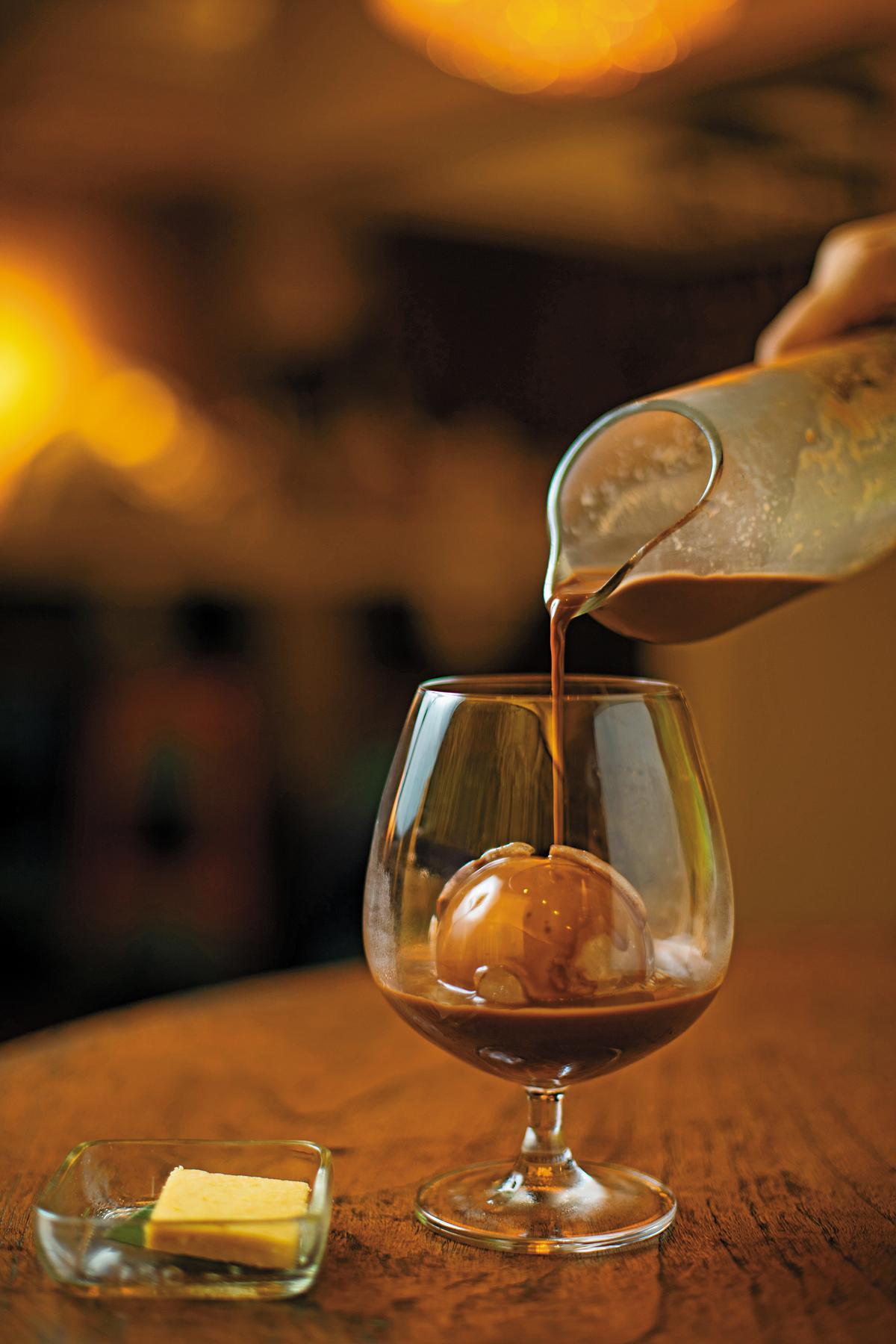 「煙燻冰巧克力」以紅酒杯裝,光是用看的就有點微醺感。(印尼盾46,000元/杯,約NT$104)