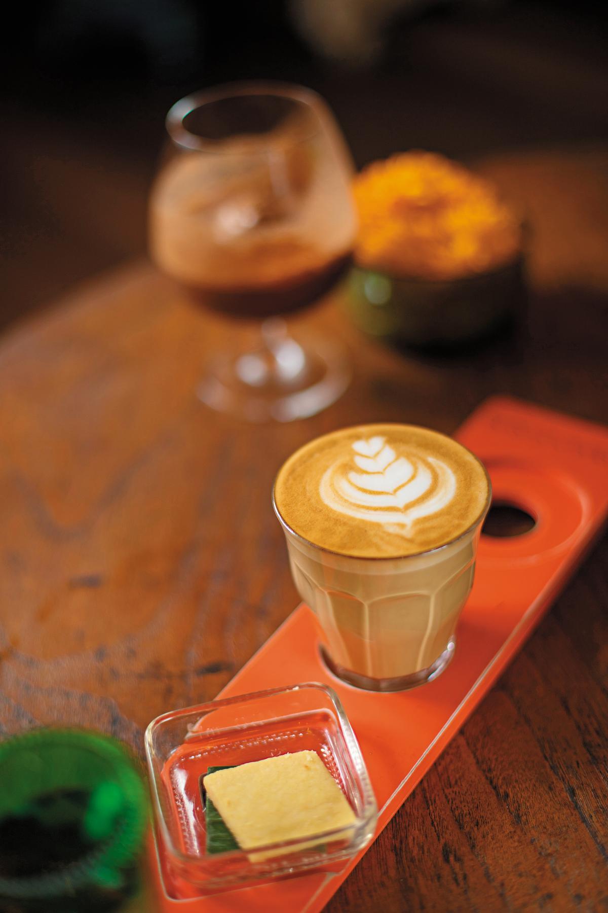 使用回收木盤上桌的「卡布奇諾」,是此店的一大特色。(印尼盾34,000元/杯,約NT$77)