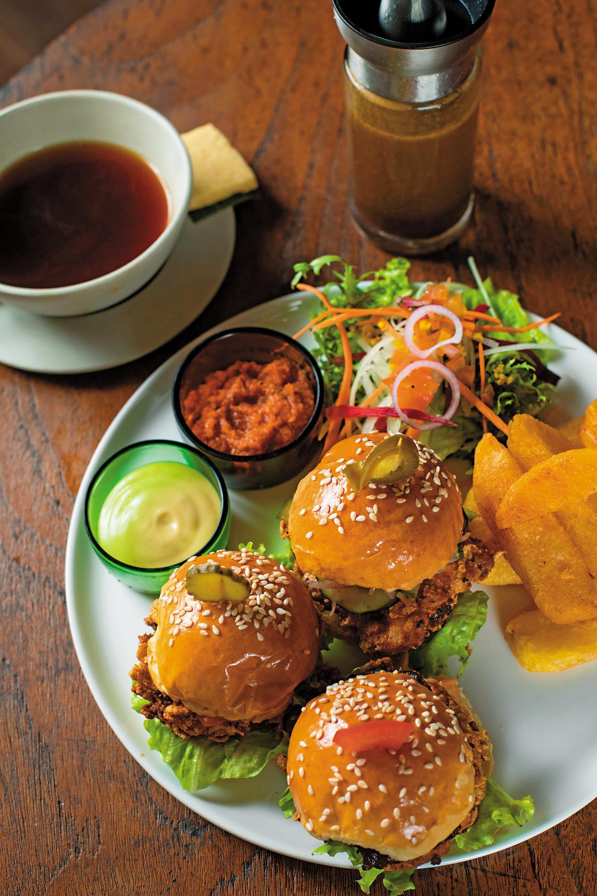 3種不同口味的迷你漢堡「3 mini chicken sliders」,是店內最受歡迎的餐點。(印尼盾75,000元/份,約NT$169)