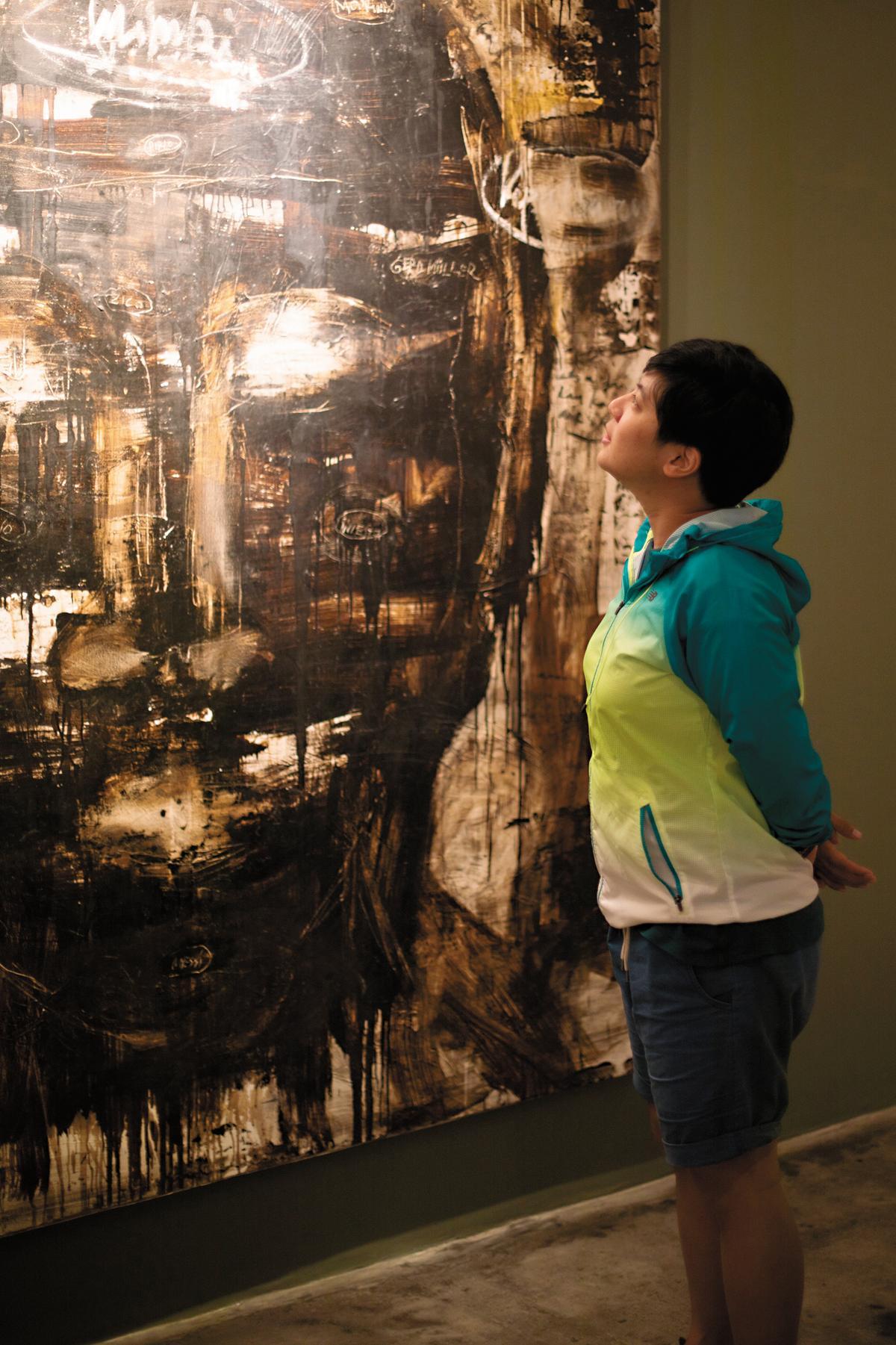 旅客不只喝咖啡,也可近距離看藝術展。