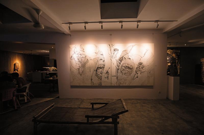 「Seniman Cafe at Tonyraka ArtGallery」開在藝廊裡,店內可見各種當地現代藝術作品。