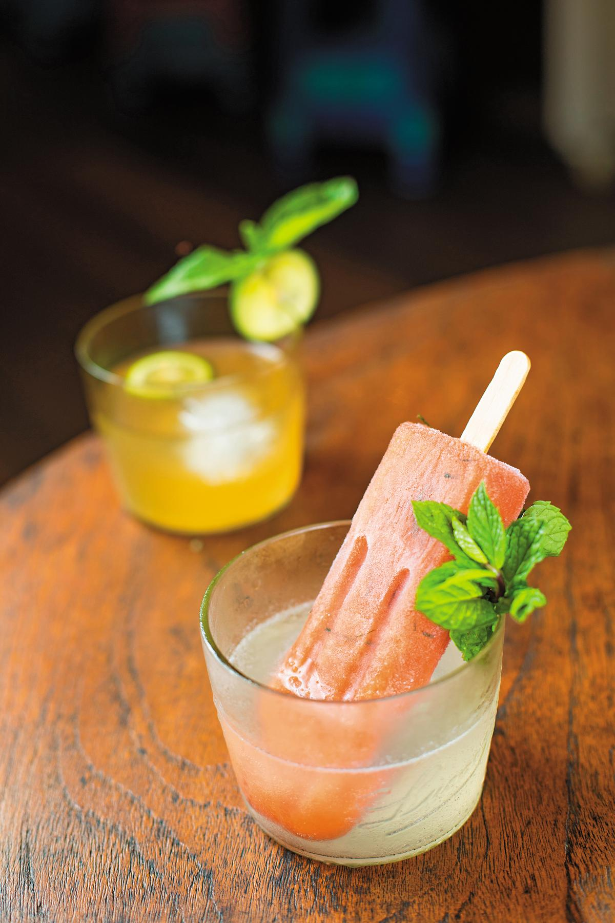 「Malu Malu」用伏特加當調酒基底,放上西瓜口味的冰棒。(印尼盾85,000元/杯,約NT$192)