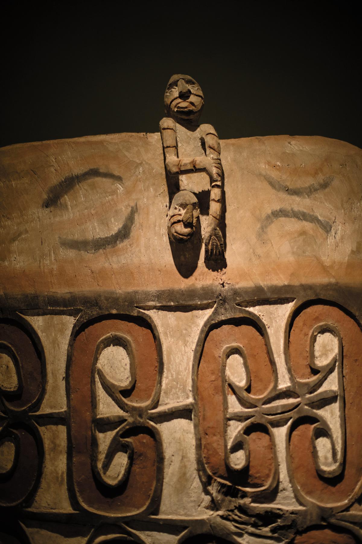 喝咖啡時走逛店內,也可以看見傳統的印尼木雕作品。
