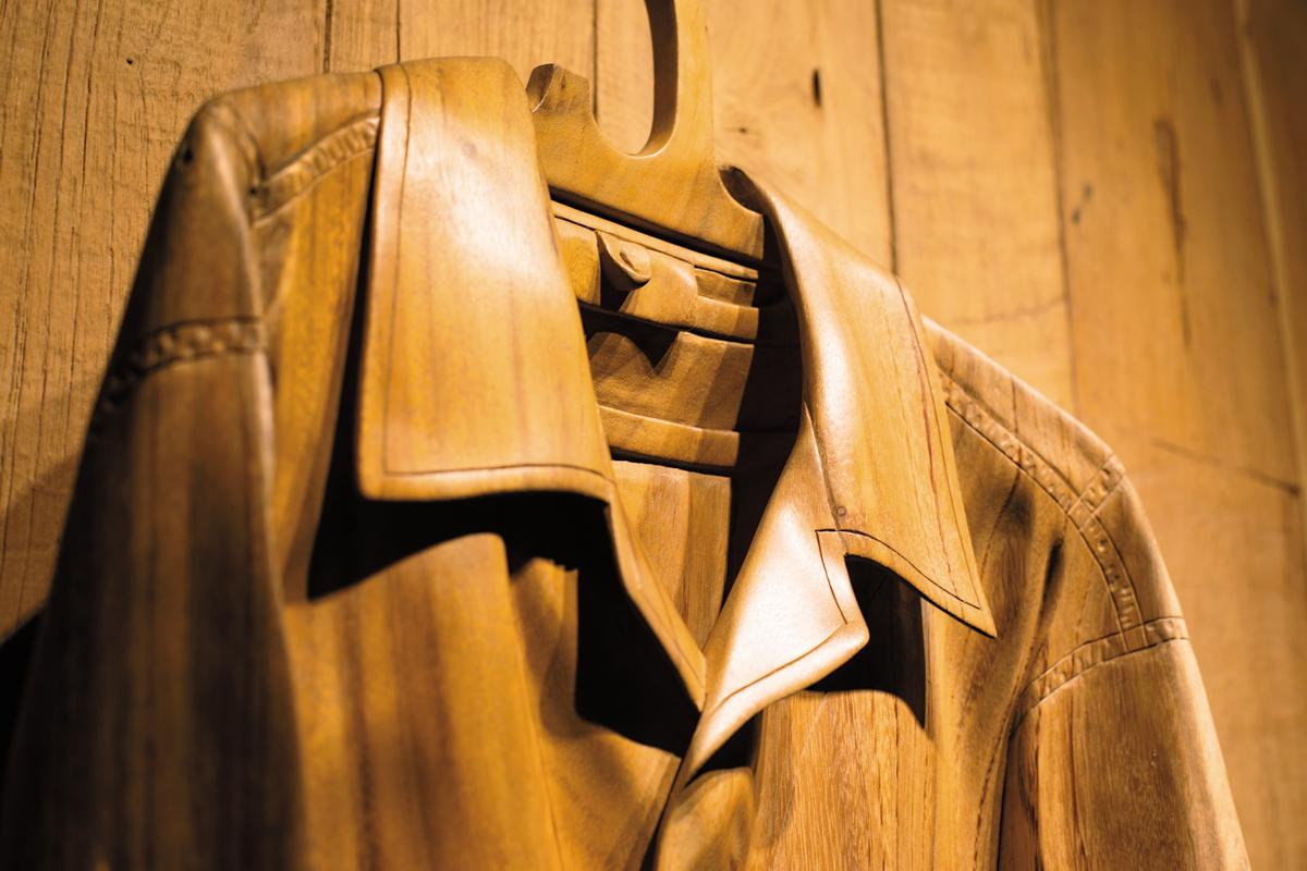 Rodney的作品木雕外套,也放在店內展示販賣。