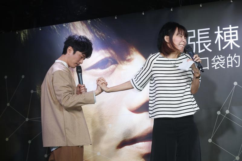 張棟樑對著主持人阿娟施展現在最流行的撩妹術,十指緊扣讓她羞紅了臉。