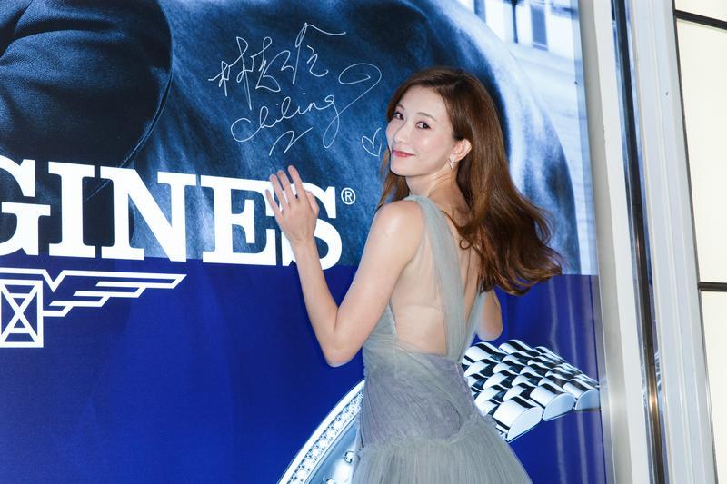 林志玲南下高雄夢時代出席浪琴表新店開幕暨新品發表活動,在活動看板前簽完名還回眸一笑。