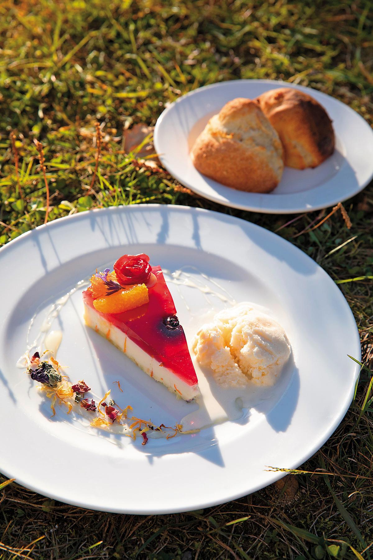 依照時令推出的手作甜點,使用醃漬水果入料。(500日圓/份,約NT$130)