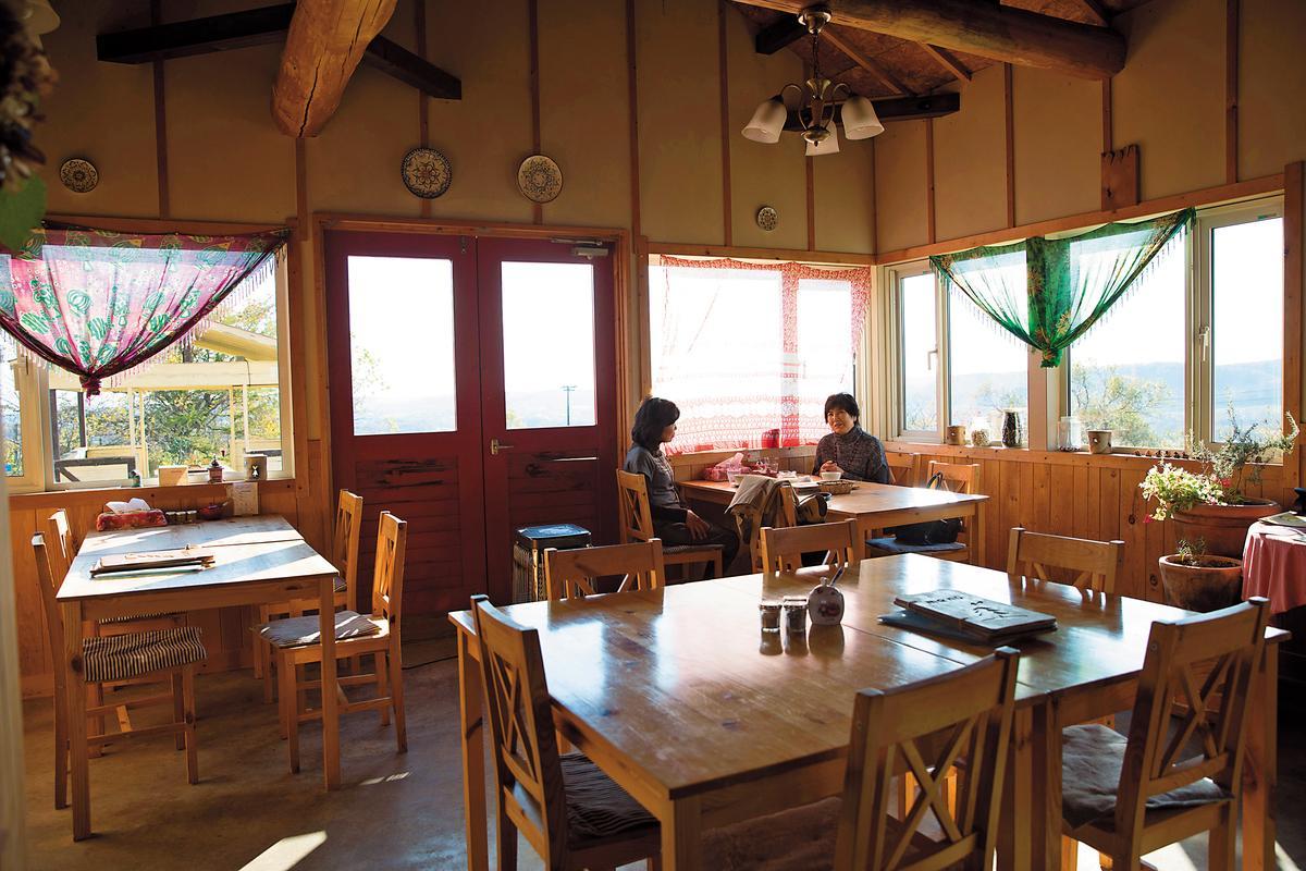 日式雜貨風的咖啡館,可以嘗到在地料理。