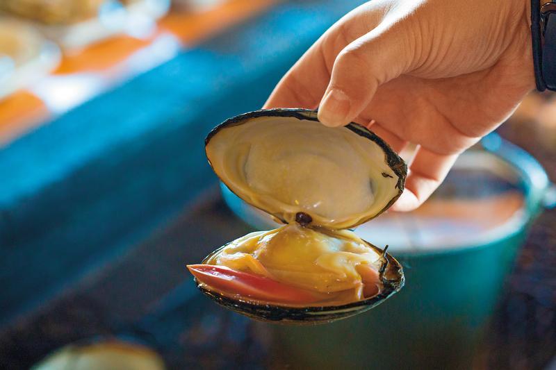 「炙屋」裡也可以吃到巨無霸的大蛤。(380日圓/顆,約NT$99)
