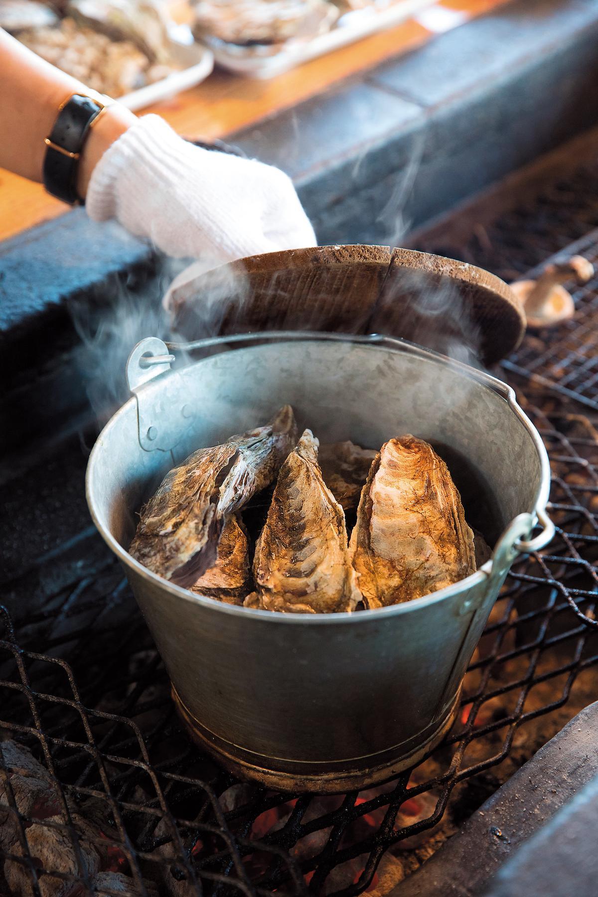 整桶的「酒蒸牡蠣」,是這兒的有名吃法。(1,500日圓/份,約NT$390)