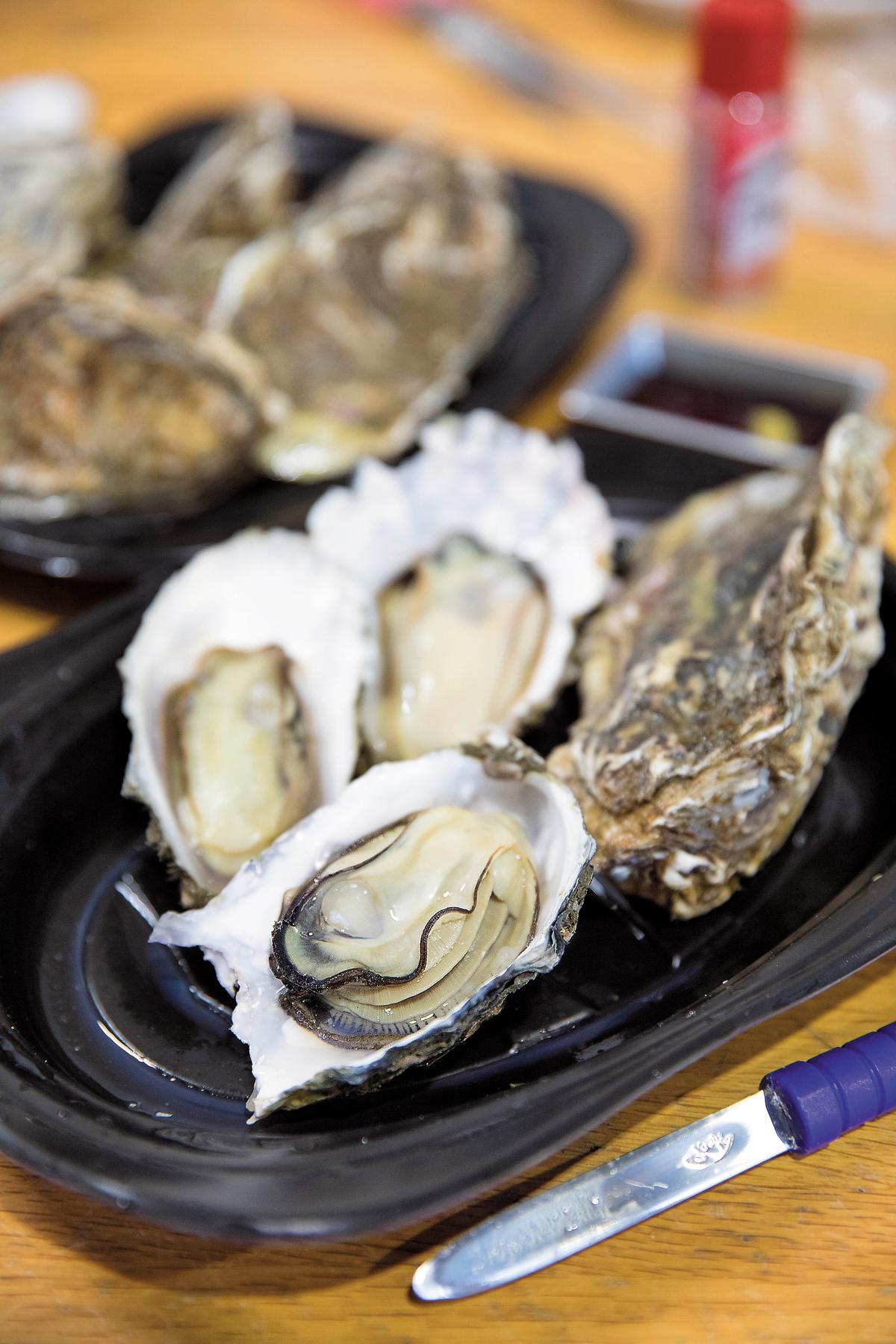 厚岸養殖的純種牡蠣,體積小、形狀圓,滋味較濃。(130日圓/顆,約NT$34)