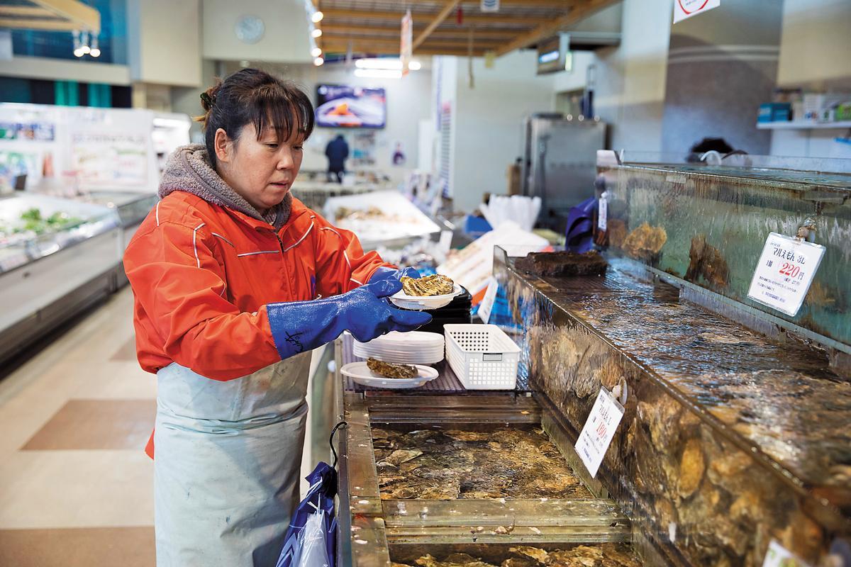 「厚岸漁協直売店」裡頭,可以自己從水槽挑選牡蠣。