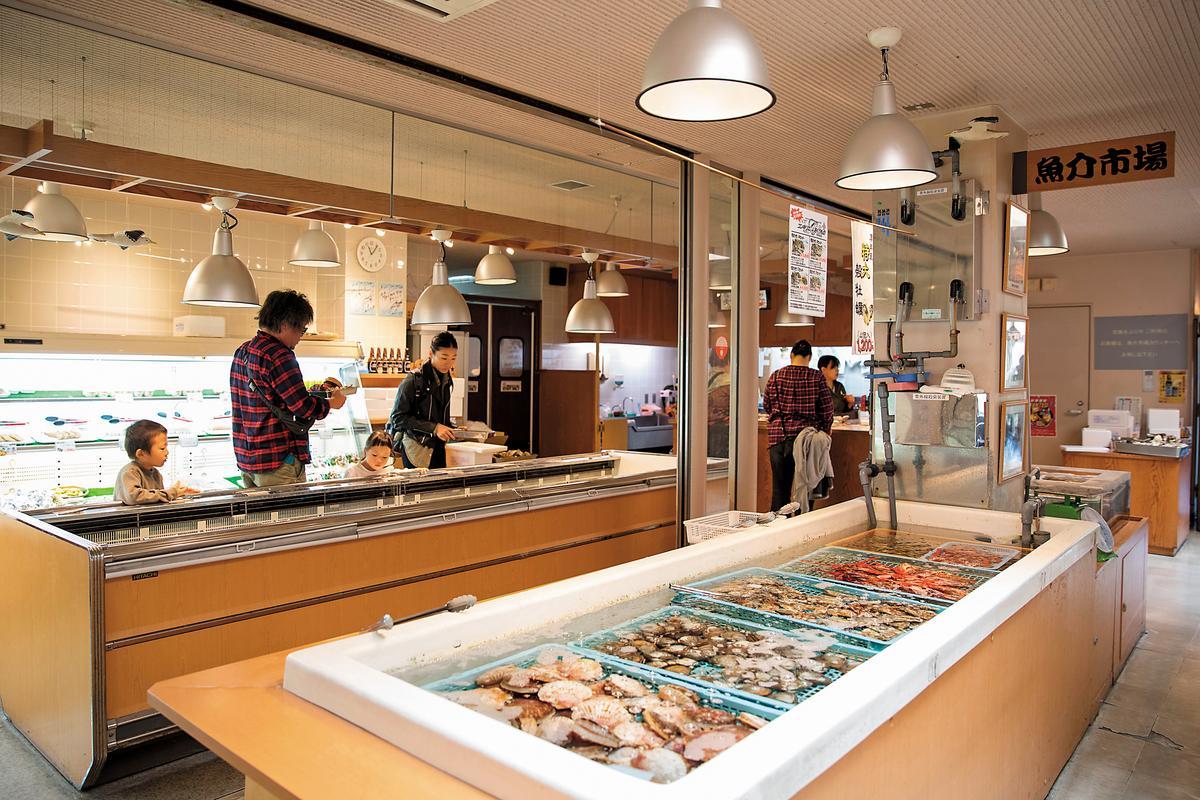 「魚介市場」有多種新鮮海鮮,選完可以到「炙屋」享受炭火直烤。