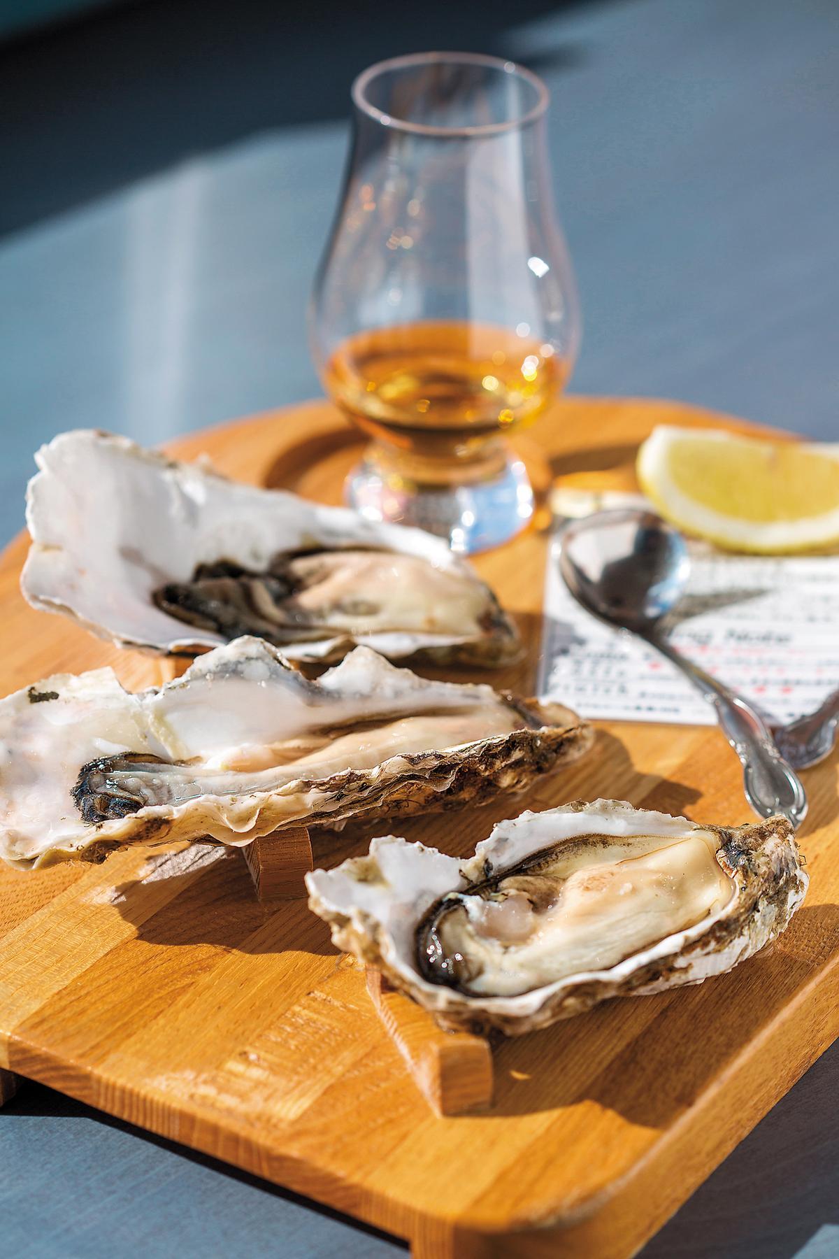 淋上威士忌,品嘗新鮮的生牡蠣,是無上享受。(1,500日圓/份,約NT$390)