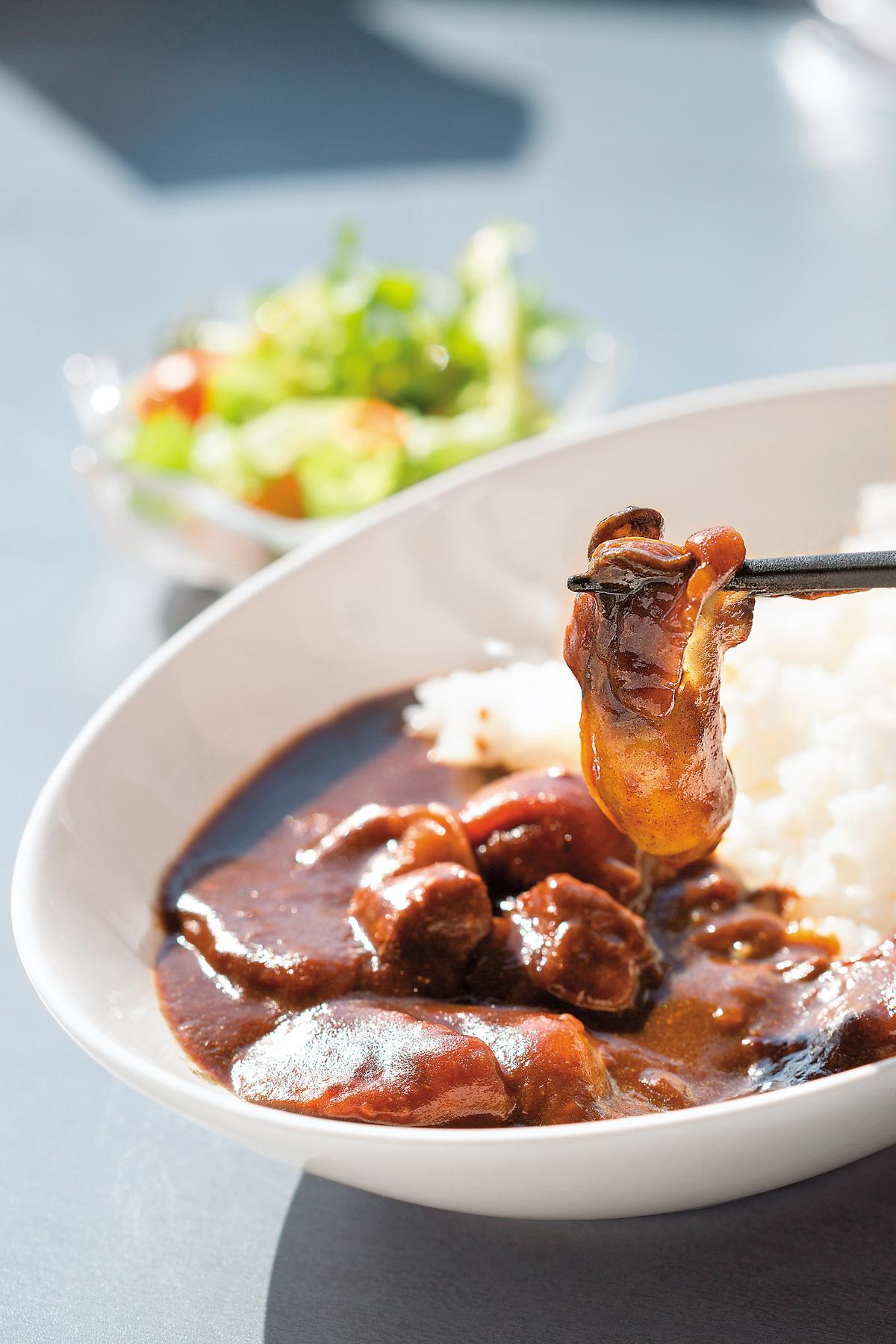 點「咖哩飯」也可以吃到大顆的厚岸牡蠣。(1,380日圓/份,約NT$359)
