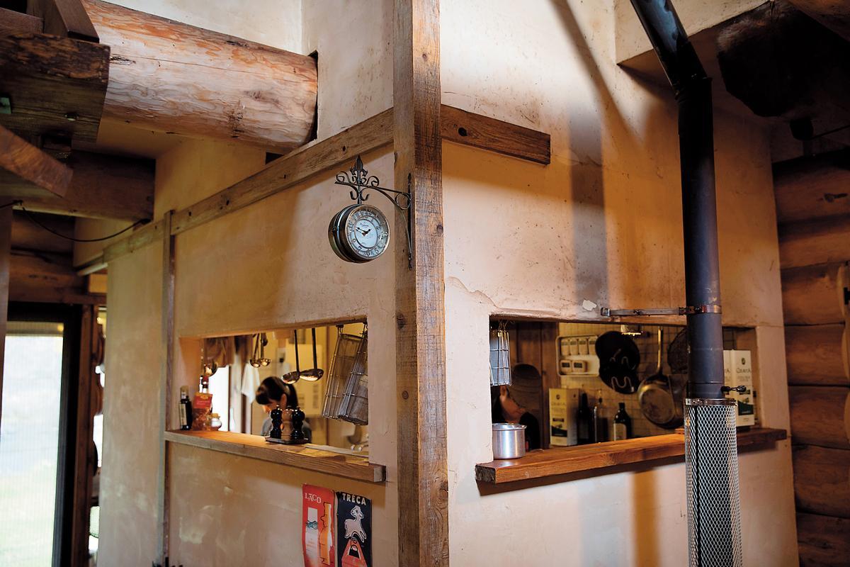 進入屋內,第一眼看到的是彷彿屋中屋的廚房空間。