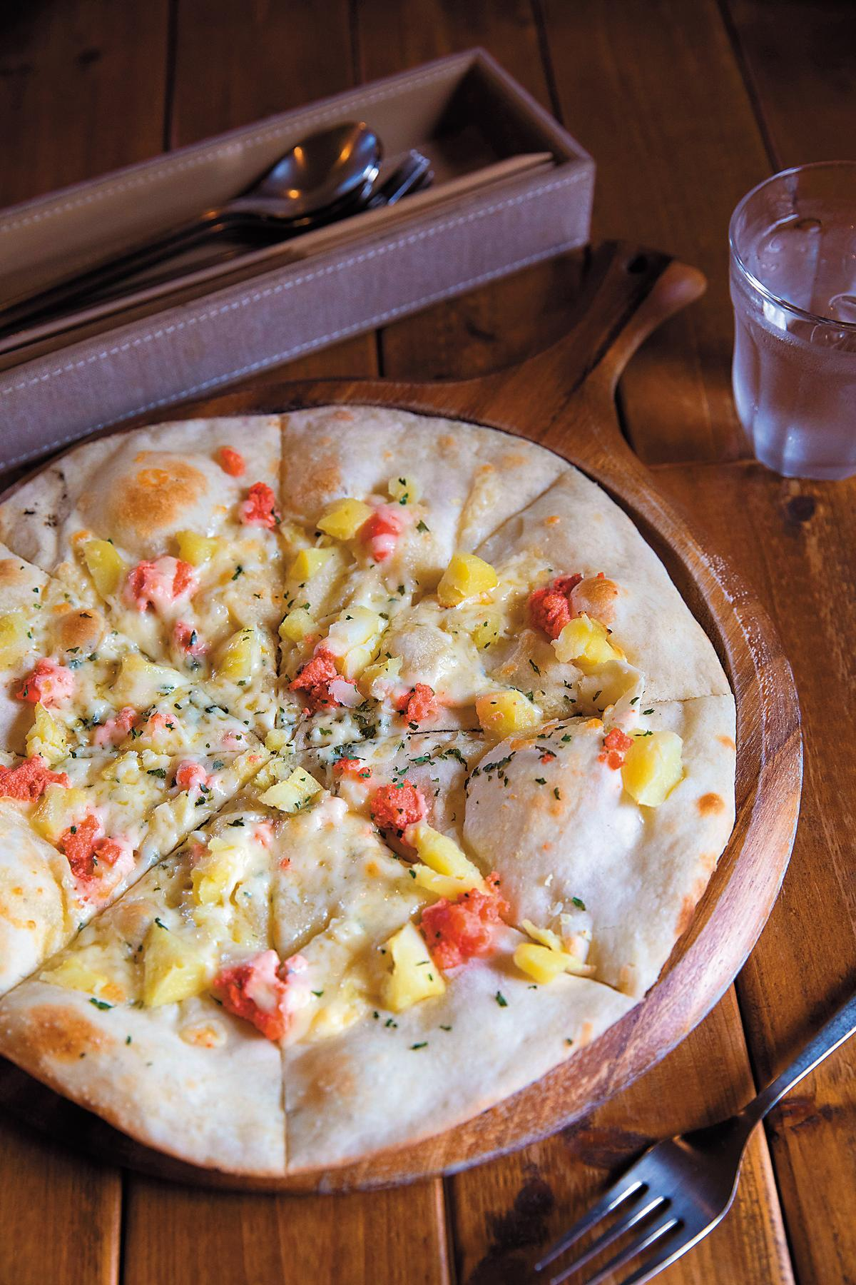 「明太子馬鈴薯披薩」香酥美味,亮點在於當地產的馬鈴薯,教人難忘。(1,100日圓/份,約NT$286)