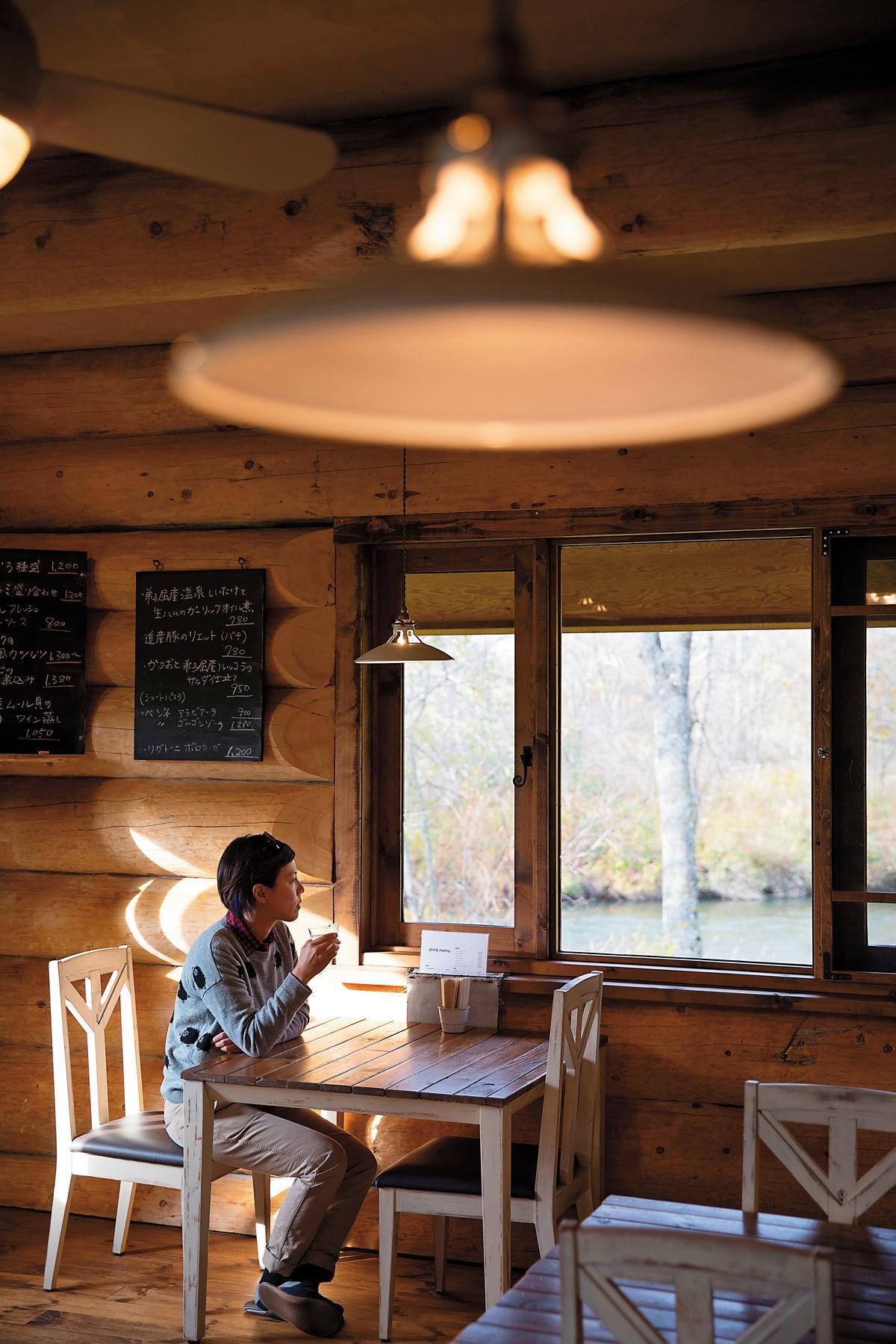 坐在「COVO Café & Bal」,時光靜謐,玻璃窗外全是自然景觀。