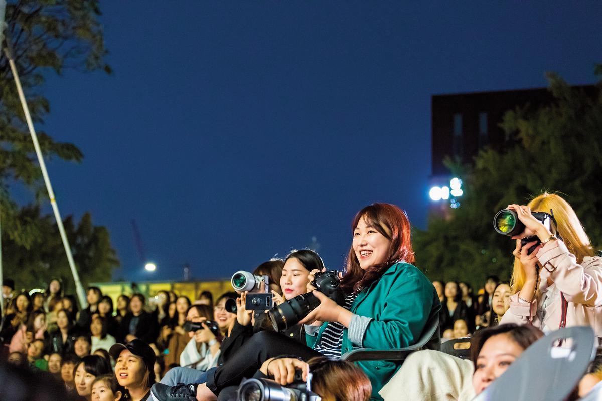 粉絲追公演自備相機、長鏡頭,非常專業。