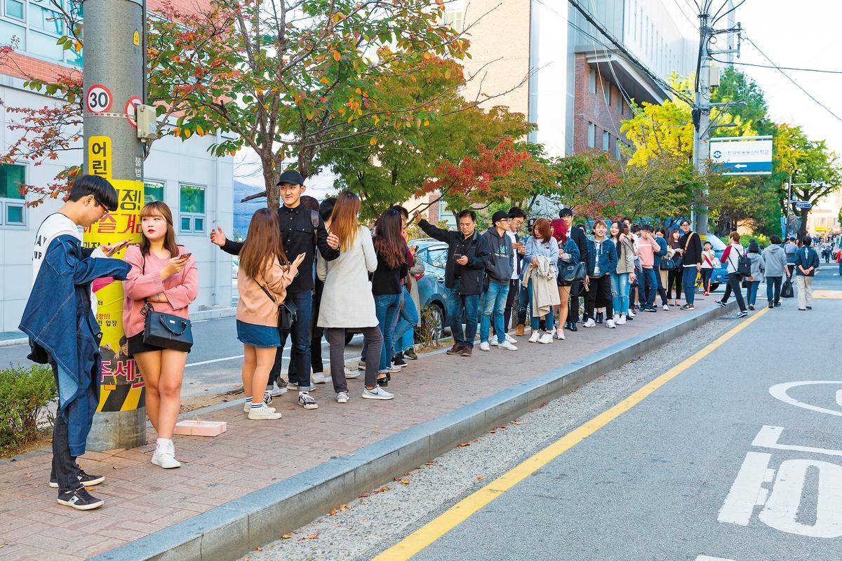 年輕人在劇場外排隊,等待進場。