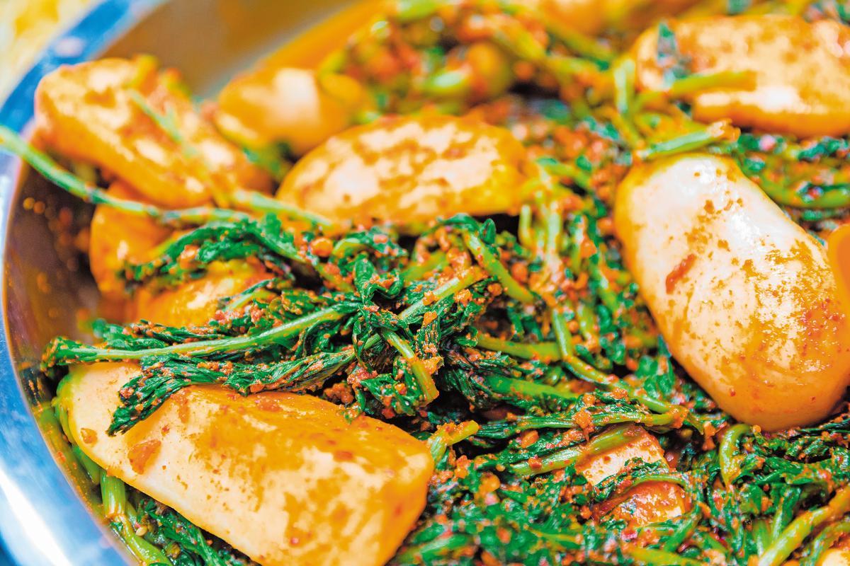 蘿蔔泡菜沾上辣椒粉,勾起食欲。