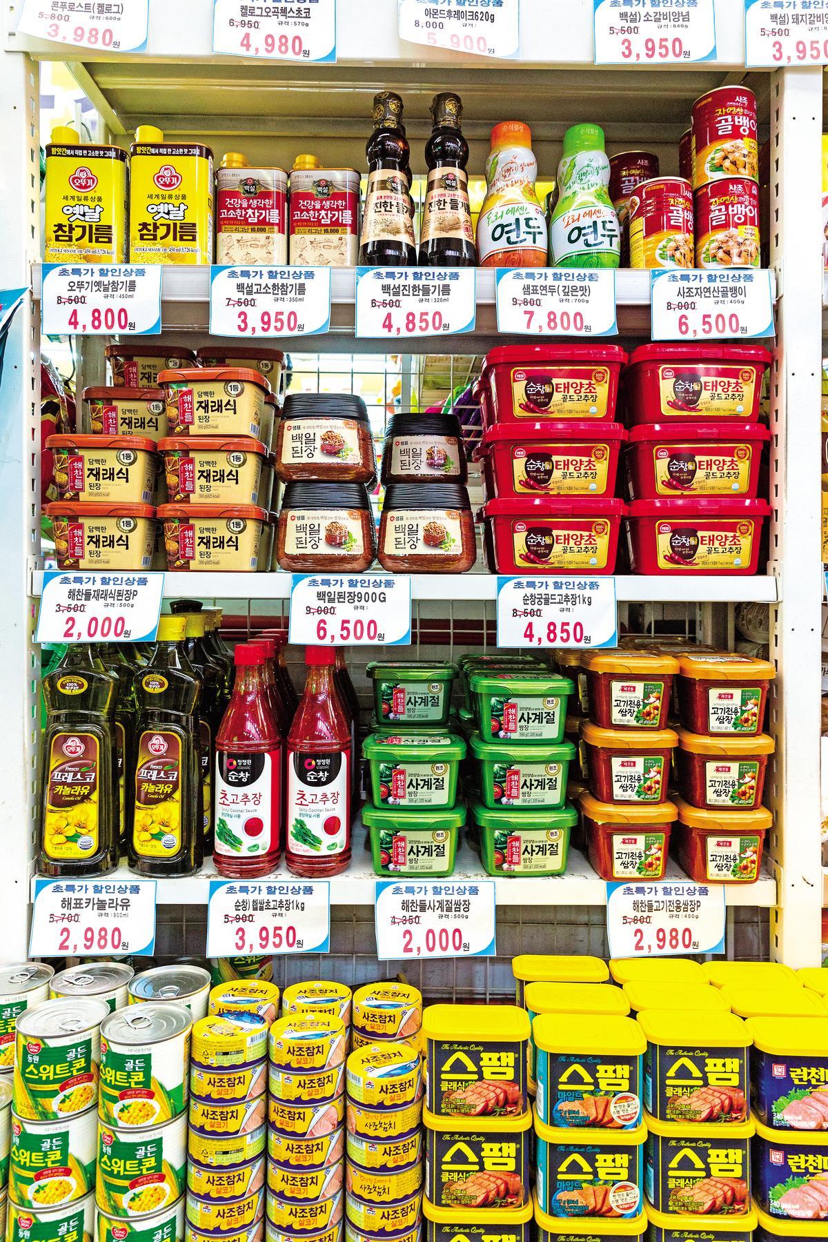 市場內的雜貨店,可找到各款韓式醬料、罐頭,五顏六色相當吸睛。